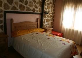 Gran dormitorio con pared de pierda