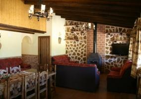 Sala de estar con chimenea y comedor