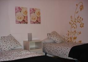 Dormitorio en tonos blancos y con detalles de flores