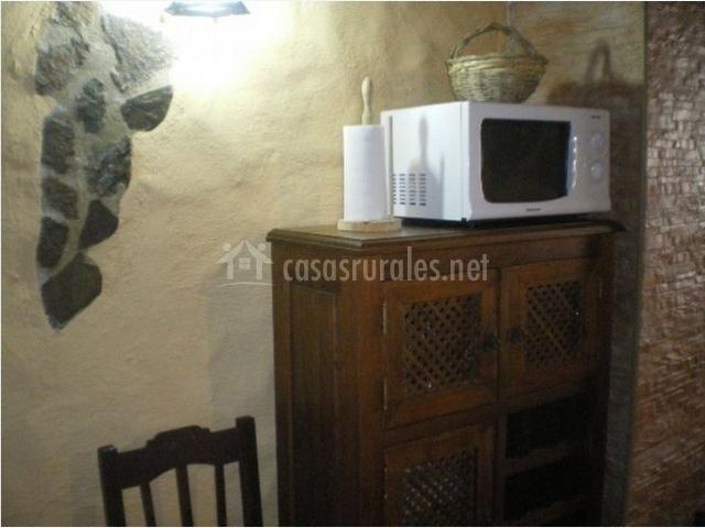 Cocina con mueble y microondas