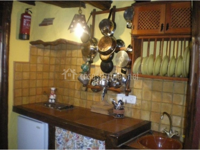 Cocina con paredes de azulejos