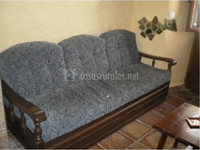 Salón con sofá cama en la casa rural