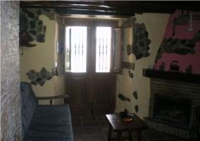 Salón con chimenea y paredes de piedra