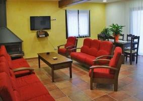 Salón con chimenea, televisor y acceso directo al exterior