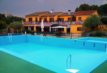 Casas rurales con piscina en bascara for Casa rural girona piscina