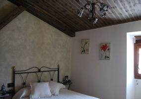 Dormitorio individual con armario  en casa rural