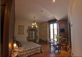 Dormitorio matrimonial con lámpara muy original en el techo en casa rural