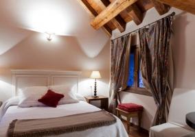 Dormitorio de matrimonio con cabecero blanco