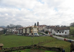 Zona verde y montañas cerca del Apartamento Bidartea