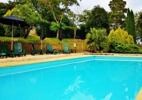 Amplio exterior con piscina