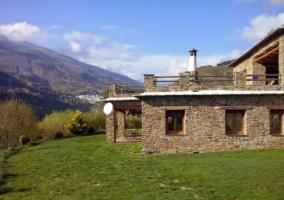 Amplias vistas del porche y jardines delante