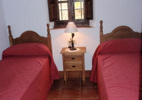 Dos camas y mesa de noche