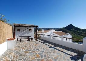 Terraza y muro blanco