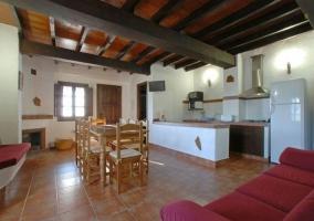 Sofá rojo, mesa y cocina