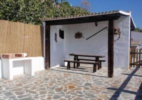 Barbacoa y mesa en la terraza