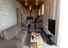 Sala de estar con chimenea al fondo