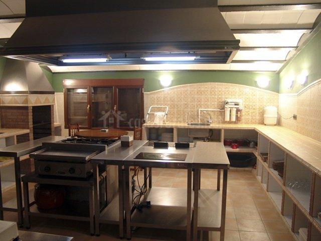 Cocina industrial con horno de leña