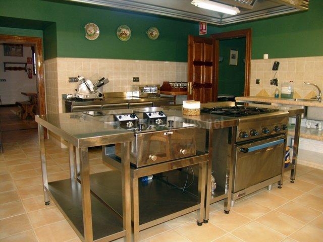 Cocina con equipamiento industrial