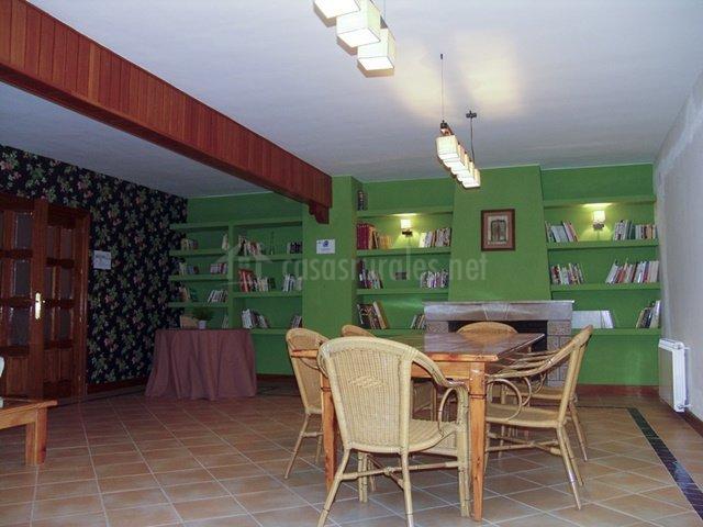 Sala de juegos con chimenea