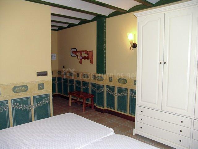Dormitorio con camas dobles y baño en suite
