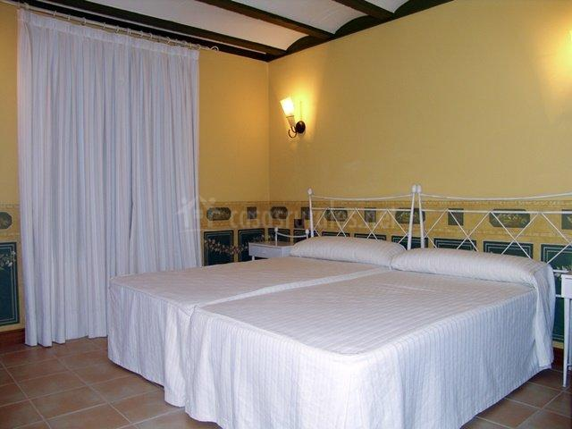 Dormitorio con dos amplias camas individuales