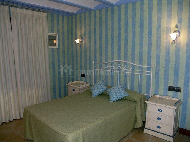 Bonito dormitorio de matrimonio en tonos azules y verder