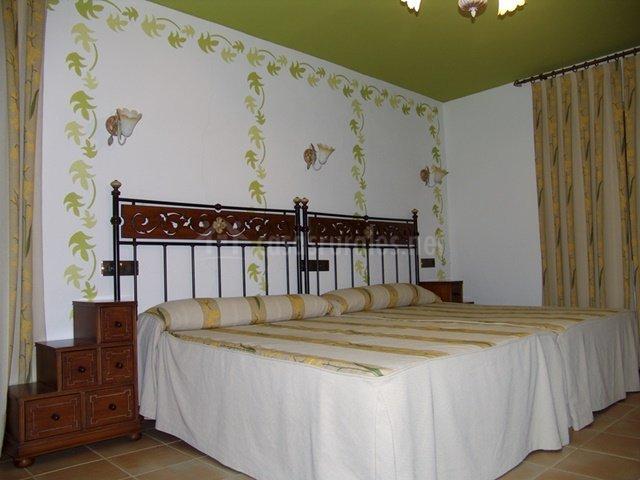 Dormitorio con amplias camas individuales