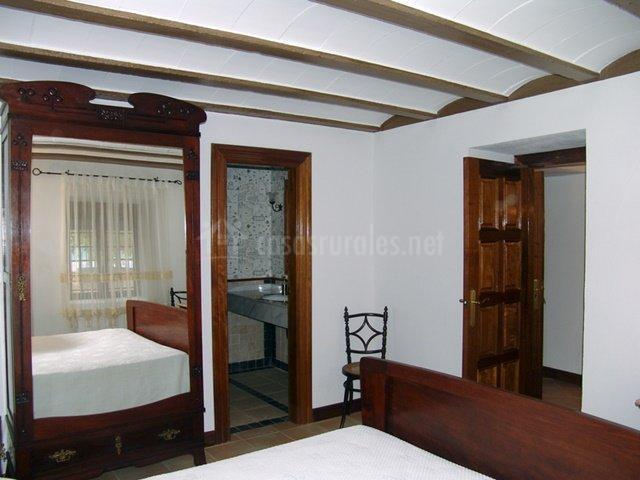 Dormitorio de matrimonio con baño en suite