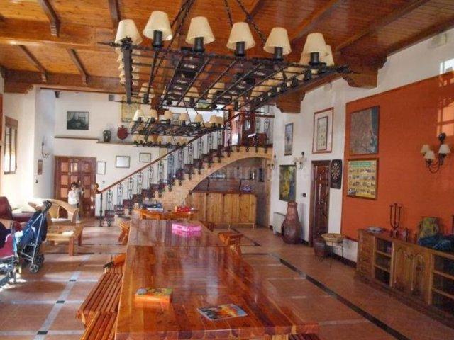 Salón comedor principal con muebles en madera