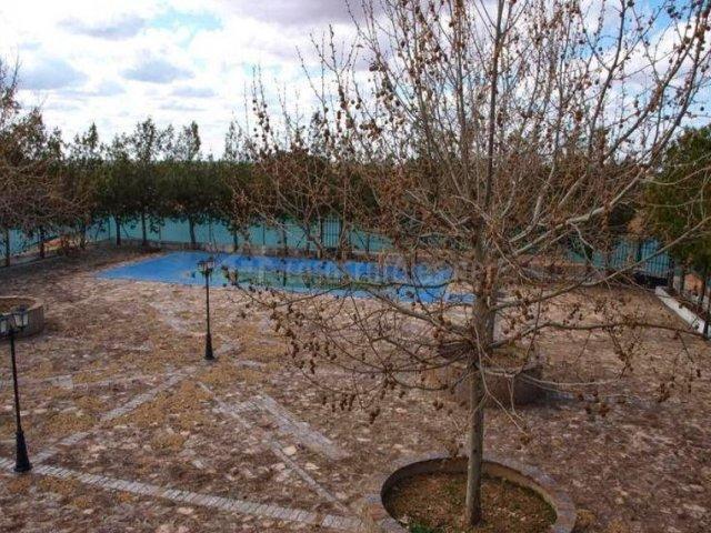 Vistas del patio empedrado con piscina