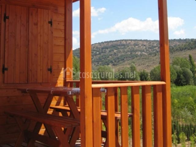 mesa de madera en el porche