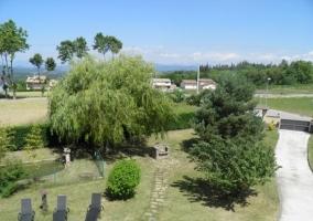 Jardín con acceso asfaltado