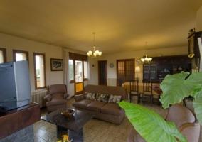 Sala de estar equipada con mesa de comedor