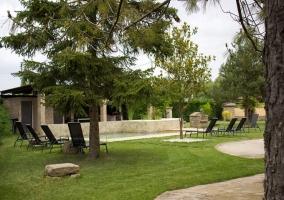 Piscina con porche y muebles de jardín