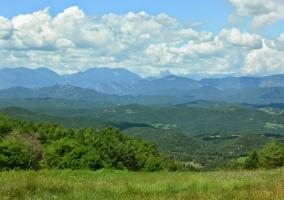 Meseta de Lluçanes con los Pirineos al fondo