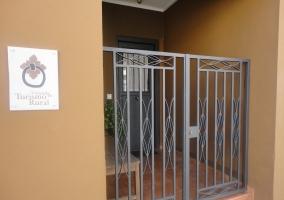 Frontal y entrada a la casa rural La Barbacana