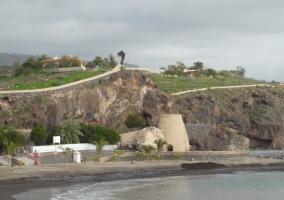 Playa de San Juan con arena oscura
