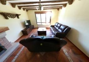 Salón con vigas de madera vistas