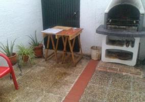 Fachada exterior de la casa en piedra y madera