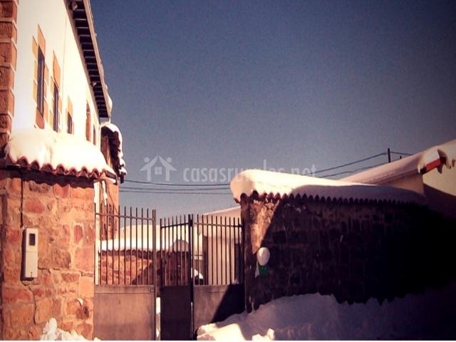 Fachada nevada casa rural amontes
