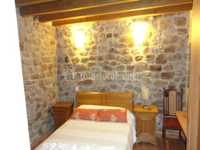 Habitación pared de piedra y piso de madera