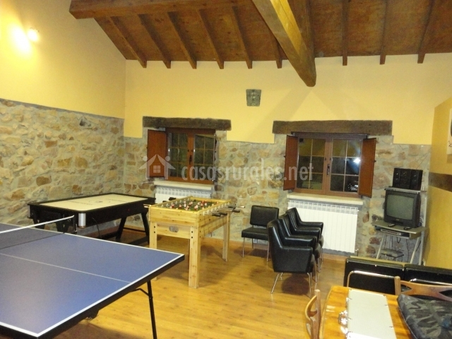 Sala de juegos con futbolin y mesa de pingpong
