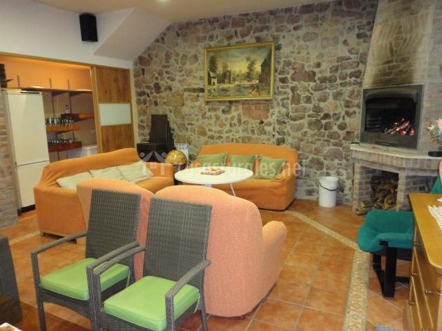 Salón con chimenea de piedra