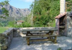 Porche y fachada de piedra de la casa rural