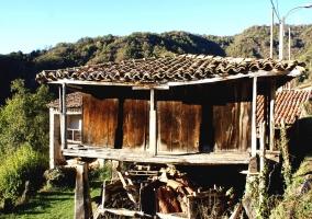 Barbacoa de hierro con vistas a la montaña y restos del carbón