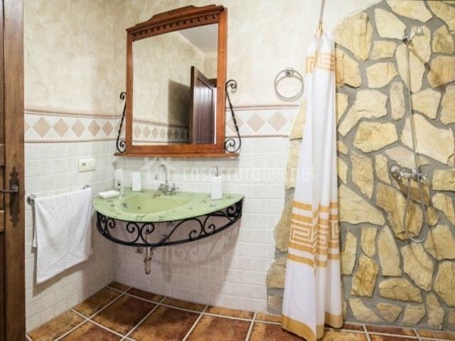 Baño con zona de ducha adaptada para personas con movilidad reducida