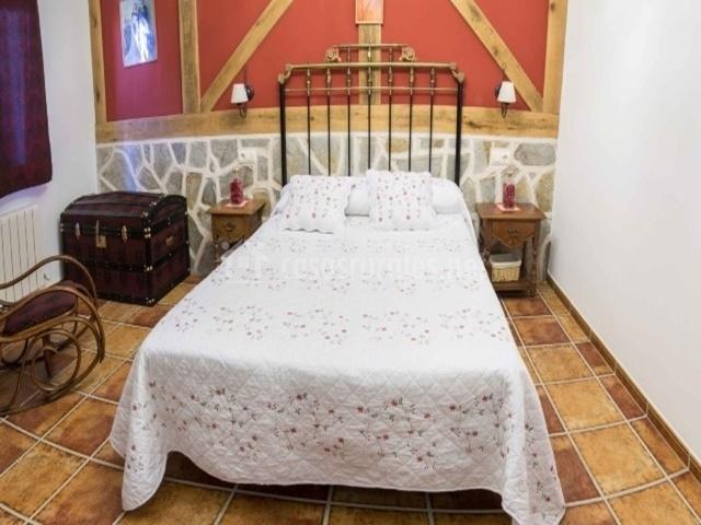 Dormitorio de matrimonio con muebles decorativos