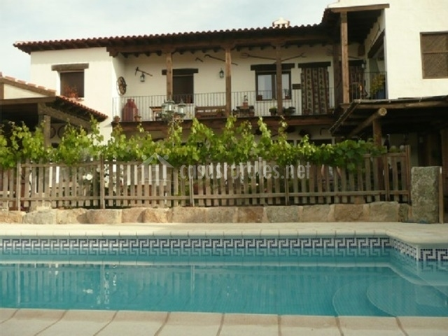 Fachada de la casa con piscina