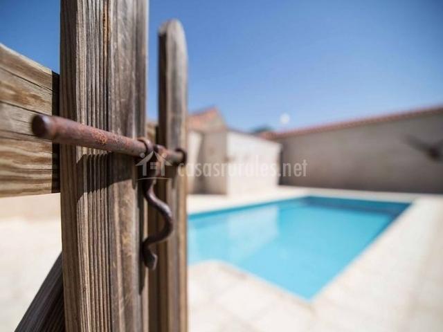 Vistas de la piscina tras la puerta