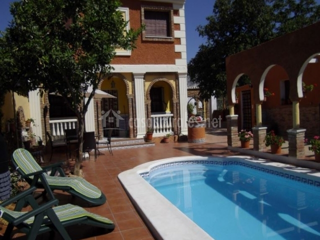 Casa de antonio e isabel en durcal granada for Tumbonas piscina baratas